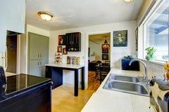 De oude ruimte van de manier kleine keuken royalty-vrije stock afbeelding