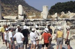 De oude ruïnes van toeristen Stock Afbeelding