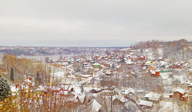 De oude Russische stad van Ples op de Volga Rivier, Rusland Mening van hoogte aan plattelandshuisjes De Russische winter Royalty-vrije Stock Fotografie