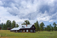 De oude Rustieke Boerderij van de Cabine van de Berg onder Onweerswolken Stock Foto's