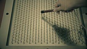 De oude ruwe korrel van de lengte retro film van wetenschapsexperiment van wetenschapper testend magnetisch veld met magneet in H stock videobeelden