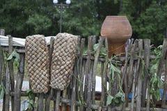 De oude schoenen hangen op de omheining en droog Russische retro schoenen Schoenenvoorvaderen Stock Foto