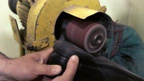 De oude schoenen van de schoenmakersreparatie stock video