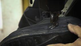 De oude schoenen van de schoenmakersreparatie stock footage