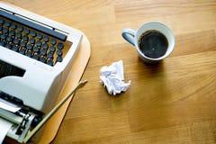 De oude schrijfmachine Wij drukken een boek in een kat en een koffiebedrijf stock fotografie