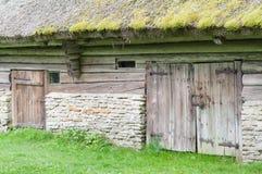De oude schuur met met stro bedekt en twee deuren Royalty-vrije Stock Foto's