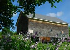 De oude schuur van New England op een zonnige, blauwe hemeldag in Juli Royalty-vrije Stock Foto