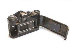 De oude SLR-camera roestte van het vallen in het water, op een wit geïsoleerde achtergrond royalty-vrije stock foto