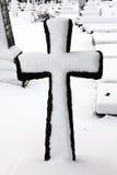 De oude sneeuw behandelde kruis Stock Foto's