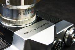 De oude sovjetcamera Zenit van filmslr - B met lens Jupiter-11 Royalty-vrije Stock Foto's