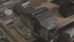 De oude sovjetwerktuigkundigenbankschroeven worden aangegaan en uitgebreid stock videobeelden