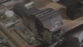 De oude sovjetwerktuigkundigenbankschroeven worden aangegaan en uitgebreid stock footage