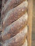 De oude spiraal sneed houten kolom stock afbeelding
