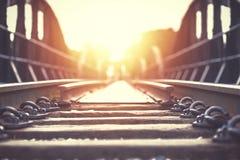 De oude spoormanier met zonsonderganglicht stock afbeeldingen