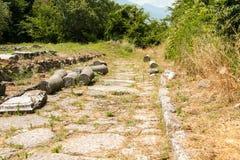 De oude stad Dion van Griekenland Blijft van de oude hoofdweg Archeologisch park van heilige stad van Macedon stock fotografie