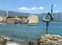 De Oude Stad, het Beroemde Ballerinabeeldhouwwerk en het Adriatische Overzees, Budva, Montenegro Stock Foto's