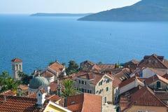 De oude stad op de achtergrond van het Adriatische Overzees Stock Foto