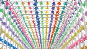 De oude stad trof voor Carnaval-festival voorbereidingen Feestelijke decoratie kleurrijke vlaggen voor openluchtpartij of huwelij stock footage