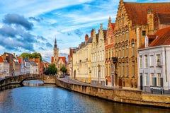 De de Oude Stad van Brugge, kanaal en Poortersloge-bouw, België royalty-vrije stock afbeelding