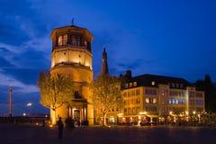 De oude stad van Duesseldorf bij nacht Stock Foto's