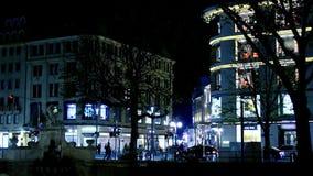 De oude stad van Europa in de nachtmening over opslag en antieke architectuur Het leven van de nachtstad in langzame motie stock video