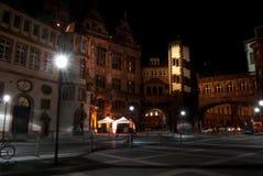 De oude stad van Frankfurt bij nacht Stock Afbeeldingen