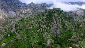 De oude stad van Kotor De muur rond de stad op de berg stock video