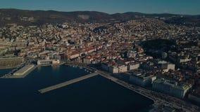 De oude stad van Triëst in Italië Weergeven van de hommel op het centrum van de oude stad en de jachthaven stock video