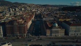De oude stad van Triëst in Italië Weergeven van de hommel op het centrum van de oude stad en de jachthaven stock videobeelden