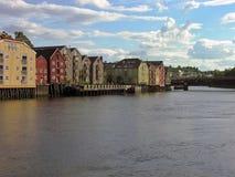 De oude stad van Trondheim over een rivier Royalty-vrije Stock Foto