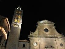 De oude stad van Viterbo 's nachts, kerk en toren, duisternis en lichten, godsdienst en hemel royalty-vrije stock foto's
