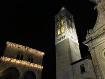 De oude stad van Viterbo 's nachts, kerk en toren, duisternis en lichten, godsdienst en hemel royalty-vrije stock afbeeldingen