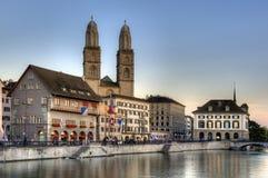 De oude stad van Zürich bij zonsondergang Stock Foto