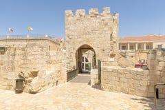 De oude stadsmuren en de torens in oud Jeruzalem Stock Afbeelding