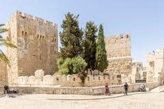 De oude stadsmuren en de torens in oud Jeruzalem Royalty-vrije Stock Afbeeldingen