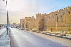 De oude stadsmuren in Kaïro, Egypte stock afbeelding