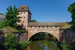 De oude stadsmuren met een boog dachten in de Pegnitz-rivier na, dichtbij Royalty-vrije Stock Foto