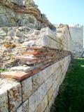 De oude stadsmuur in de stad van Nessebar, Bulgarije Royalty-vrije Stock Foto's