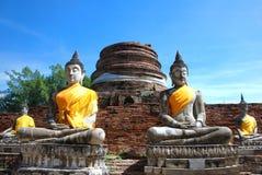 De oude standbeelden van Boedha en geruïneerde pagode in Wat Yai Chai Mongko stock afbeelding