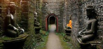 De oude standbeelden van Boedha in oranje dekking Stock Foto's