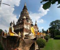 De oude standbeelden Wat Yai Chai Mongkol van Boedha in Ayutthaya Thailand Stock Afbeelding