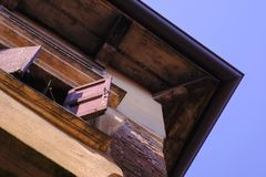 De oude steenbouw en houten venster stock foto's