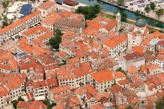 De oude steengebouwen en Sinterklaas-kerkstad van Kotor stock foto