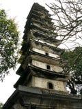 De oude steentoren rekt zich aan de blauwe hemel uit stock foto's