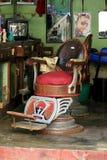 De oude stoel voor een kapselwinkel stock fotografie