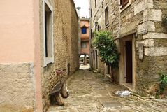 De oude straat in Gezoemstad, Kroatië stock foto's