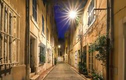 De oude straat in het historische kwart Panier van Marseille in Zuid-Frankrijk bij nacht stock afbeeldingen