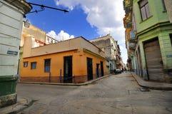 De oude straat van Havana met kleurrijke gebouwen Stock Foto