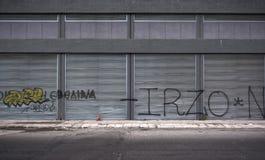 De oude straat van het grungegetto in Piraeus, Griekenland royalty-vrije stock fotografie