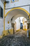 De oude straat van het stadscentrum van Evora stock fotografie